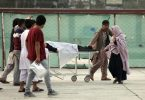 Ein Schüler wird in ein Krankenhaus gebracht. Bei den Opfern soll es sich um Zivilisten handeln. Foto: Rahmat Gul/AP/dpa