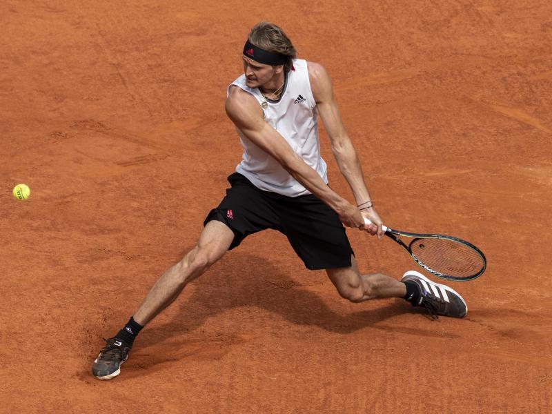 Alexander Zverev hat sich im Halbfinale von Madrid mit 6:3 und 6:4 gegen Dominic Thiem durchgesetzt. Foto: Bernat Armangue/AP/dpa