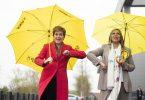 Nicola Sturgeon (l), Erste Ministerin von Schottland und Vorsitzende der SNP, erhöht nach dem Wahlsieg umgehend den Druck auf die britische Regierung. Foto: Jane Barlow/PA Wire/dpa