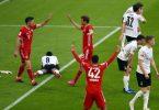 Bayern-Urgestein Thomas Müller (M) bejubelt sein Tor zum 2:0 mit Robert Lewandowski und Jamal Musiala. Foto: Matthias Schrader/AP-Pool/dpa
