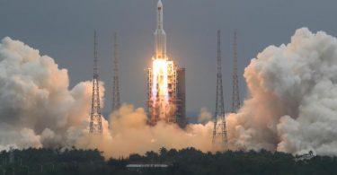 Die Rakete vom Typ «Langer Marsch 5B» hatte am 29. April das 22 Tonnen schwere Modul «Tianhe» (Himmlische Harmonie) ins All gebracht, das den Hauptteil der chinesischen Raumstation bilden soll. Foto: Ju Zhenhua/Xinhua via AP/dpa