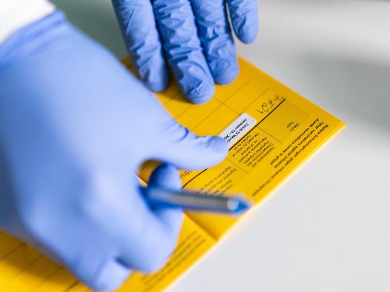 Die Impfkampagne in Deutschland hat angezogen - und auch andere Kennwerte in der Pandemie entwickeln sich positiv. Foto: Jonas Güttler/dpa