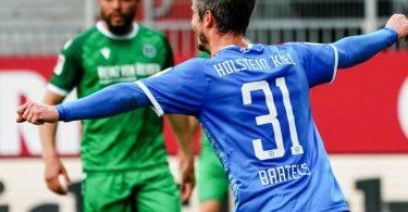 Der Kieler Fin Bartels bejubelt seinen Treffer zum 1:0. Foto: Axel Heimken/dpa