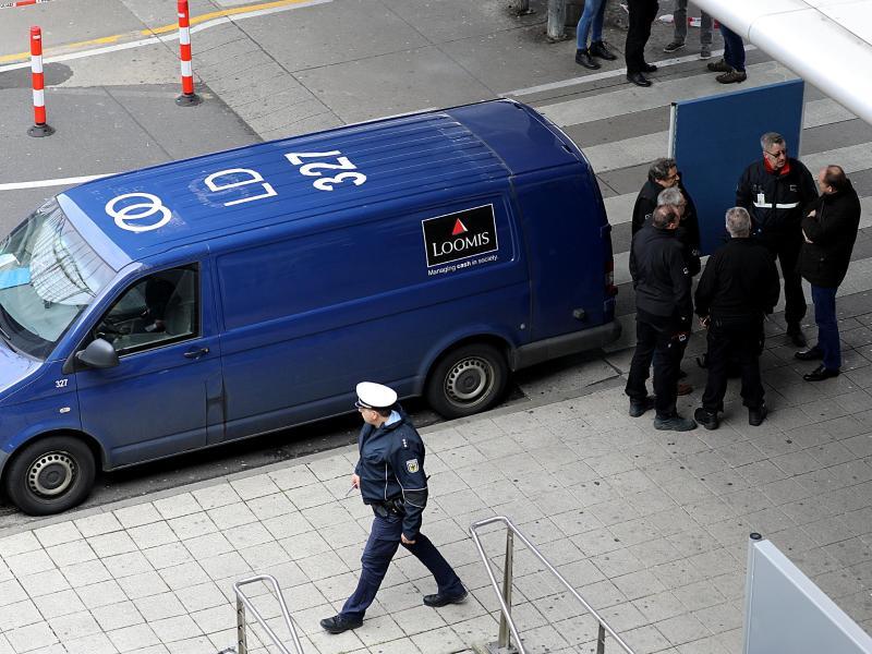 Überfallener Geldtransporter am Flughafen Köln/Bonn im März 2019. Thomas Drach wird dringend verdächtigt, an dem Überfall beteiligt gewesen zu sein. Foto: Oliver Berg/dpa