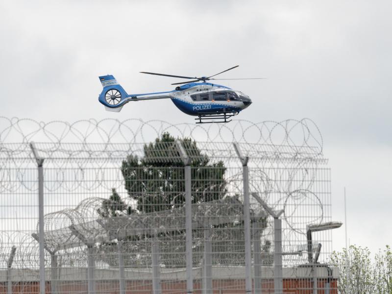 Ein Hubschrauber der Polizei startet vom Gelände der JVA Ossendorf in Köln. Thomas Drach ist von den Niederlanden an Deutschland ausgeliefert worden. Foto: Henning Kaiser/dpa