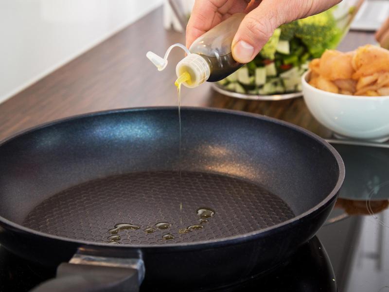 In einer gut beschichteten Pfanne braucht man weniger Öl zum Anbraten - das ist gut für die Kalorienbilanz. Foto: Christin Klose/dpa-tmn