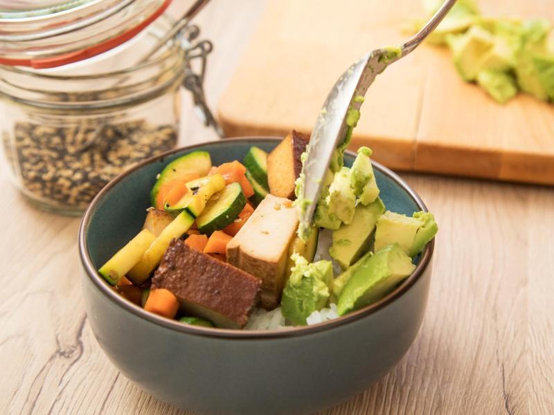 Die Hälfte Gemüse, ein Viertel Sättigungsbeilage und ein Viertel Proteinlieferant - so sieht die ideale Mischung in Teller oder Schüssel aus. Foto: Christin Klose/dpa-tmn