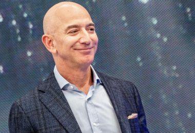 Laut «Forbes» und «Bloomberg Billionaires Index» ist der Amazon-Gründer derzei der reichste Mensch der Welt. Foto: Andrej Sokolow/dpa