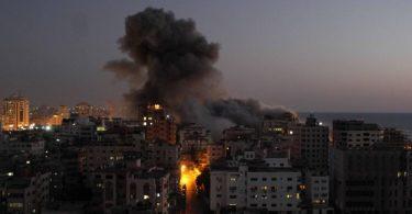 Nach Luftangriffen sind Explosionen in Gaza zu sehen. Foto: Rizek Abdeljawad/XinHua/dpa