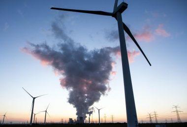 Windräder vor dem Braunkohlekraftwerk Niederaussem. Foto: Federico Gambarini/dpa
