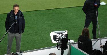 Dortmunds Trainer Edin Terzic (r) und Leipzigs Trainer Julian Nagelsmann geben vor dem Anpfiff des DFB-Pokalfinals TV-Interviews. Foto: Maja Hitij/Getty-Pool/dpa