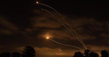 Israelische Abwehrraketen fangen Raketen ab, die aus dem Gazastreifen in Richtung Israel abgefeuert wurden. Foto: Ilia Yefimovich/dpa