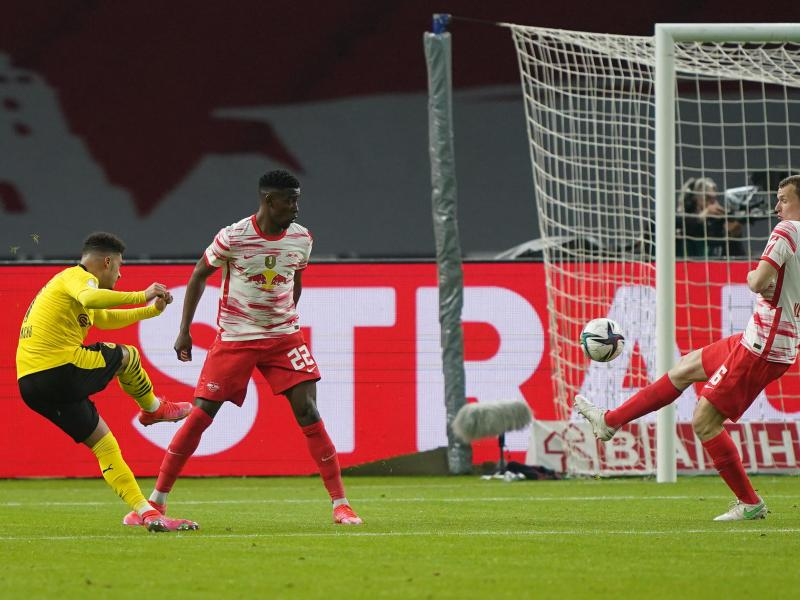 Dortmunds Jadon Sancho (l) erzielt sehenswert das Tor zur 0:1-Führung. Foto: Michael Sohn/AP-Pool/dpa