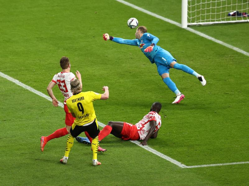 BVB-Stürmer Erling Haaland (2.v.l) trifft nach starker Einzelleistung zum 0:2. Foto: Maja Hitij/Getty-Pool/dpa
