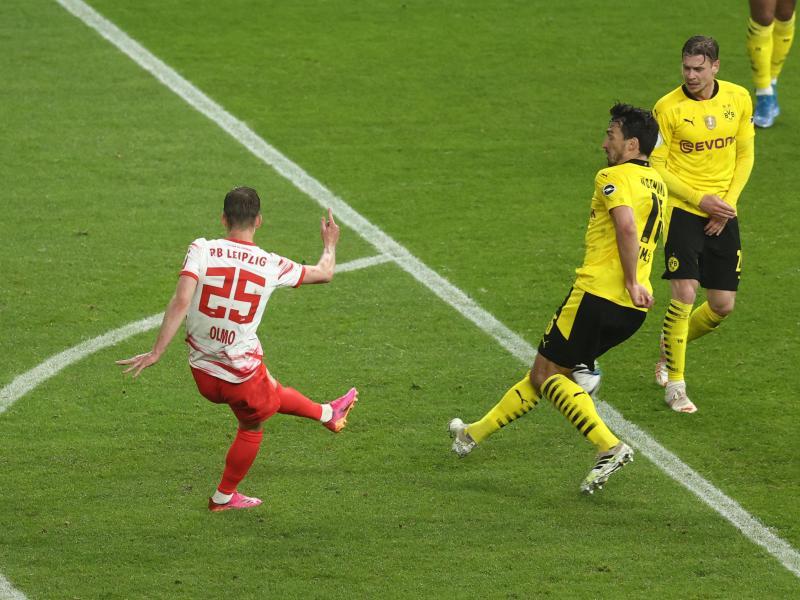 Leipzigs Mittelfeldspieler Dani Olmo (l) verkürzt zwischenzeitlich auf 1:3. Foto: Maja Hitij/Getty-Pool/dpa