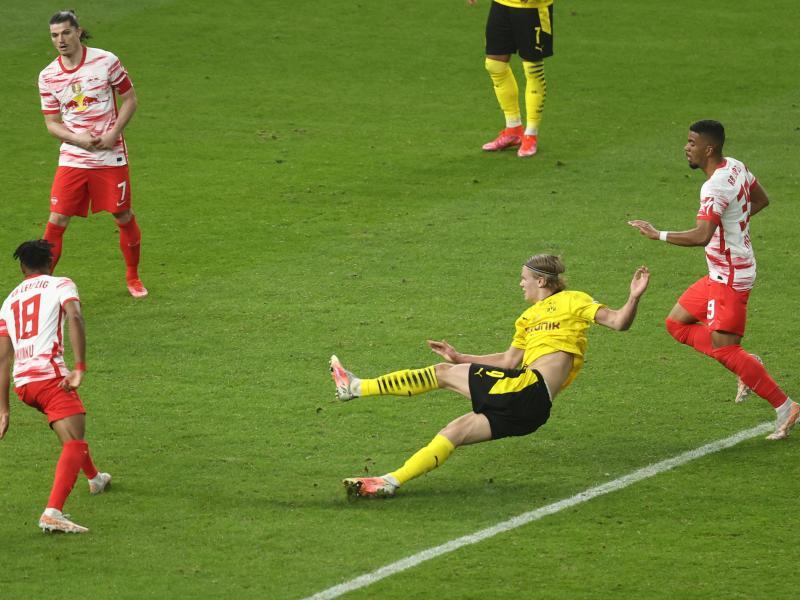 Erling Haaland beseitigt letzte Restzweifel. Sein zweites Tor bedeutet das 1:4 und den fünften DFB-Pokalsieg Borussia Dortmunds. Foto: Maja Hitij/Getty-Pool/dpa