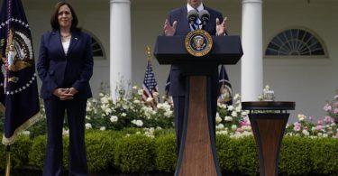 Joe Biden, Präsident der USA, spricht im Beisein von Vizepräsidentin Kamala Harris im Rosengarten des Weißen Hauses über die aktuellen Richtlinien zur Maskenpflicht. Foto: Evan Vucci/AP/dpa