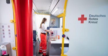 Thais Räßler, derzeit im Bundesfreiwilligendienst, bereitet in einem Impfbus des Deutschen Roten Kreuz eine Corona-Schutzimpfung vor. Foto: Sebastian Kahnert/dpa-Zentralbild/dpa