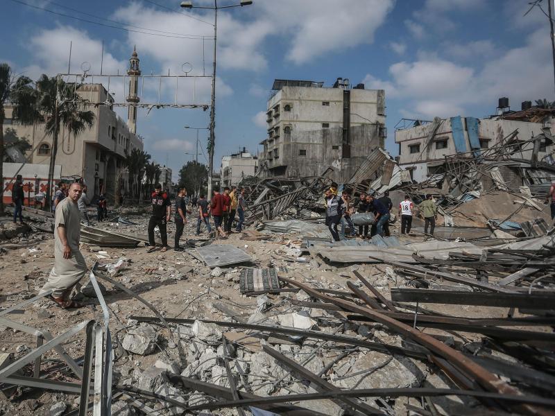 Palästinensische Männer inspizieren Trümmer einer zerstörten Einrichtung im Stadtteil Shejaiya nach einem israelischen Luftangriff. Foto: Mohammed Talatene/dpa