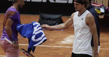 Musste sich in Rom Rafael Nadal (l)geschlagen geben: Alexander Zverev. Foto: Gregorio Borgia/AP/dpa