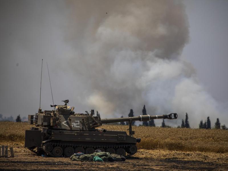 Israels Armee im Einsatz im Grenzgebiet zu Gaza. Foto: Ilia Yefimovich/dpa