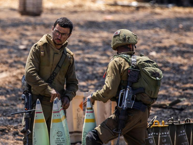 Israelische Soldaten bereiten nahe der Stadt Sderot Granaten vor. Foto: Ilia Yefimovich/dpa