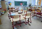 Stühle sind in einem leeren Klassenzimmer in einer Schule in Frankfrut auf den Tischen abgestellt. Foto: Arne Dedert/dpa