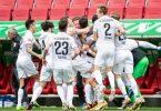 Der FC Augsburg bejubelt den Treffer von Rani Khedira (M). Foto: Matthias Balk/dpa
