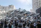 Palästinenser stehen vor den Trümmern eines Gebäudes, in dem verschiedene internationale Medien untergebracht waren, darunter auch die Associated Press und Al-Dschasira, nach einem israelischen Luftangriff. Foto: Mohammed Talatene/dpa