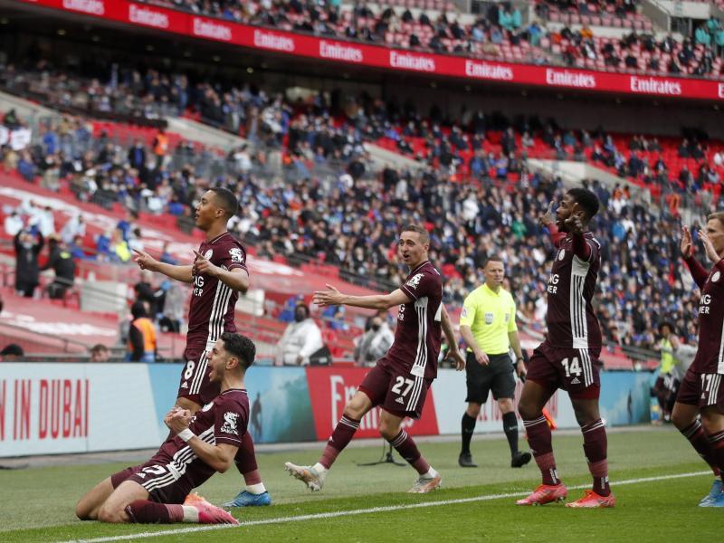 Die Spieler von Leicester City bejubeln das Führungstor vor der Fankurve. Foto: Matt Childs/Pool Reuters/AP/dpa
