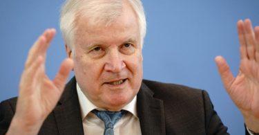 Bundesinnenminister Horst Seehofer (CSU) bei einer Pressekonferenz. Foto: Kay Nietfeld/dpa
