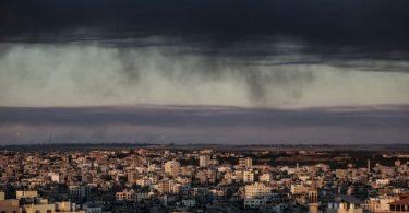 Dichter Rauch hängt nach mehreren israelischen Luftangriffen über den Gebäuden von Gaza-Stadt. Foto: Mohammed Talatene/dpa