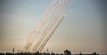 Raketen werden im südlichen Gazastreifen in Richtung Israel abgefeuert. Foto: Yousef Mohammed/IMAGESLIVE via ZUMA Wire/dpa