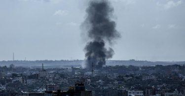 Feuer und Rauch steigen über einer Fabrik im nördlichen Gazastreifen auf, nachdem sie von israelischen Artilleriegranaten getroffen wurde. Foto: Bashar Taleb/APA Images via ZUMA Wire/dpa