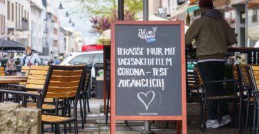 In Darmstadt hat ein Lokal unter Auflagen seinen Außenbereich geöffnet. Foto: Frank Rumpenhorst/dpa