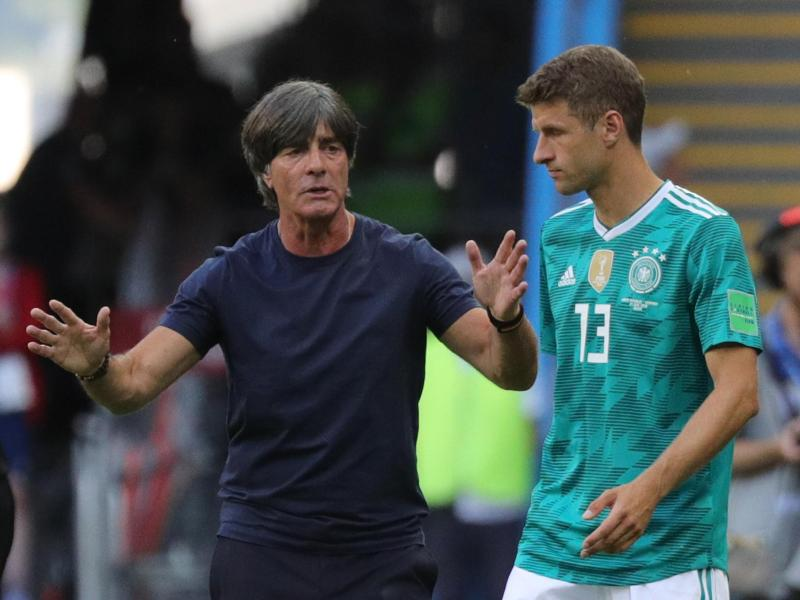 Thomas Müller (r) könnte bei der EM sein Comeback im Team von Bundestrainer Joachim Löw geben. Foto: Christian Charisius/dpa