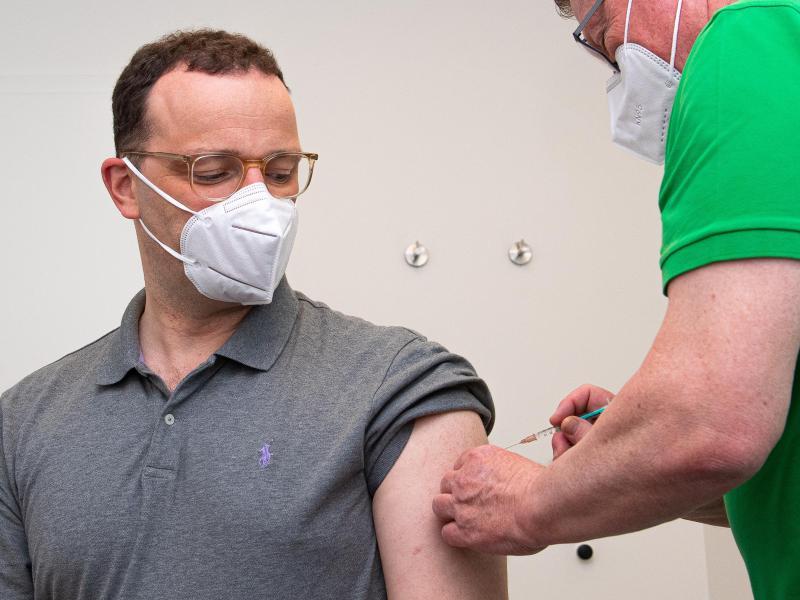 Jens Spahn (l,CDU), Bundesminister für Gesundheit, wird in einer Hausarztpraxis mit dem Impfstoff AstraZeneca geimpft. Foto: Guido Kirchner/dpa