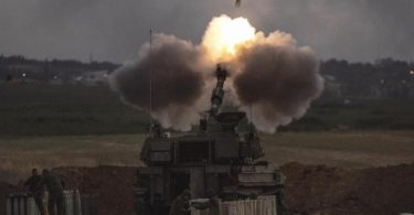 Eine israelische Artillerieeinheit feuert an der Grenze zu Gaza auf Ziele im Gazastreifen. Foto: Heidi Levine/AP/dpa
