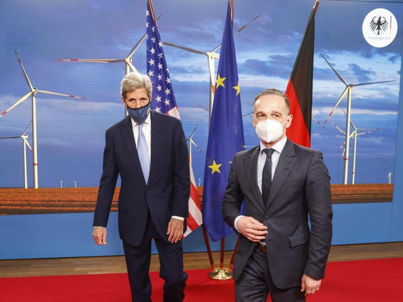 Außenminister Heiko Maas (r) hat den US-Sondergesandten John Kerry (l) in Berlin empfangen. Foto: Odd Andersen/AFP Pool/dpa