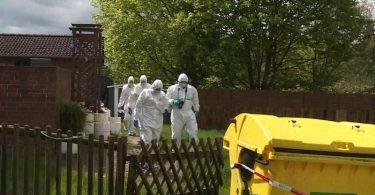 Mitarbeiter der Spurensicherung gehen durch den Garten des Wohnhauses, in dem eine 35-jährige Frau und ihr 4-jähriger Sohn tot aufgefunden wurden. Foto: -/TNN/dpa