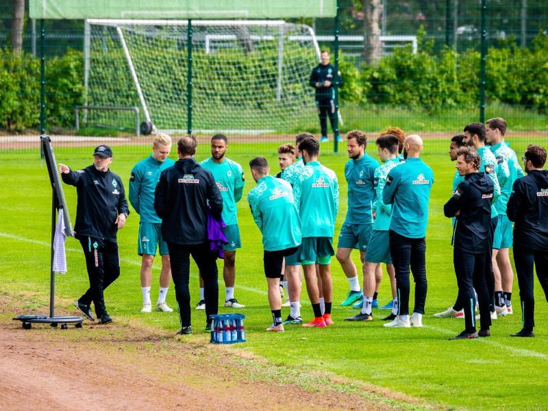 Die Rückkehr von Trainerlegende Thomas Schaaf (l) könnte der berühmte Impuls sein, den Werder Bremen benötigt. Foto: Moritz Frankenberg/dpa