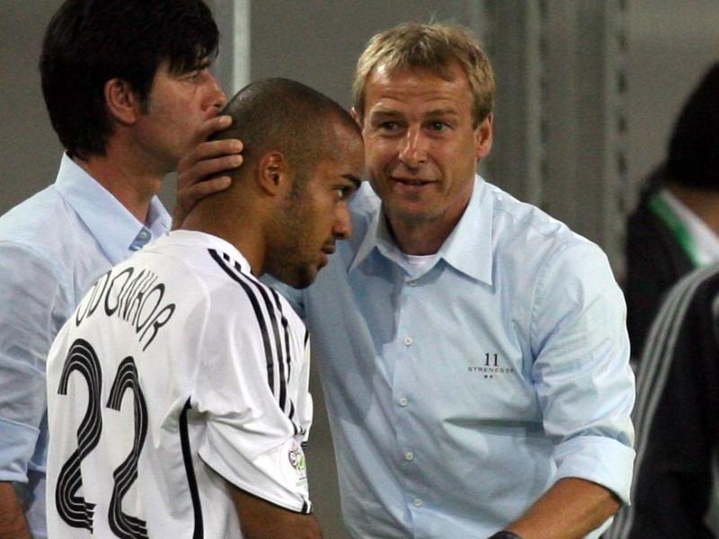 Vor der WM 2006 holten Bundestrainer Jürgen Klinsmann (r) und Joachim Löw David Odonkor in den DFB-Kader. Foto: Oliver Berg/dpa
