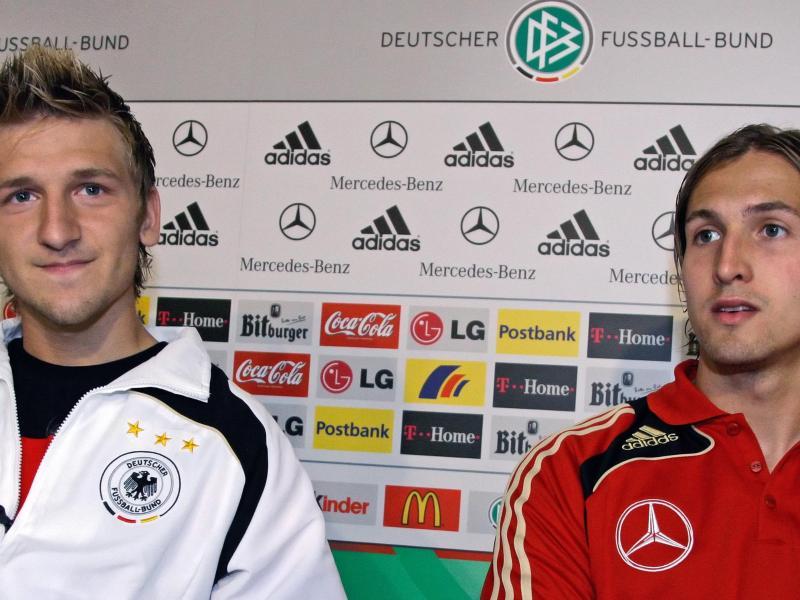 In Torwart René Adler (r)und Marko Marin zaubert Löw 2008 zwei Länderspiel-Neulinge aus dem Hut. Foto: Ronald Wittek/dpa