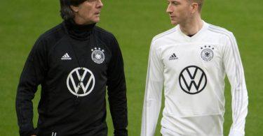 Marco Reus (r) verzichtet nach Rücksprache mit Joachim Löw auf die EM. Foto: Federico Gambarini/dpa