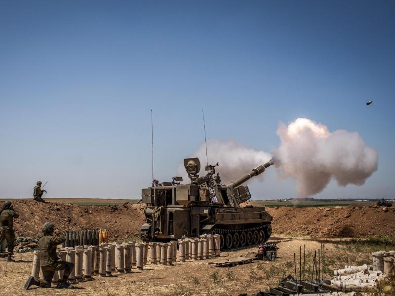 Eine israelische Artillerie feuert von einer Position in der Nähe von Sderot in Richtung des Gazastreifens. Foto: Ilia Yefimovich/dpa