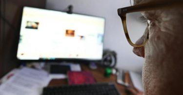 Das Starren auf den Monitor zu unterbrechen ist wichtig, um die Hornhaut gesund zu halten. Denn vor dem Rechner blinzelt man seltener und das führt langfristig zu Problemen. Foto: Bernd Weißbrod/dpa