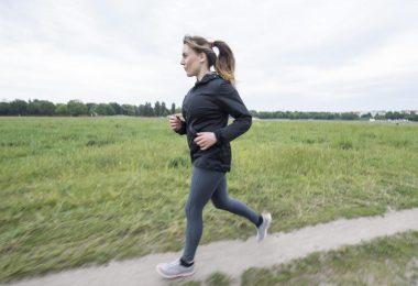 Gut trainierte Rumpfmuskeln beugen Rückenschmerzen bei und nach dem Joggen vor. Foto: Robert Günther/dpa-tmn