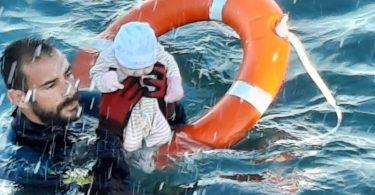 Migranten-Krise: Juan Francisco Valle, Taucher der spanischen Polizeieinheit Guardia Civil, rettet ein Baby. Foto: ---/Guardia Civil/dpa