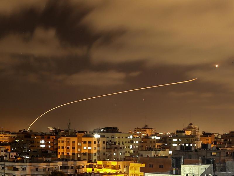 Israels Iron-Dome-Raketenabwehrsystem fängt Raketen ab, die aus dem Gazastreifen in Richtung Israel abgefeuert werden. Foto: Bashar Taleb/APA Images via ZUMA Wire/dpa