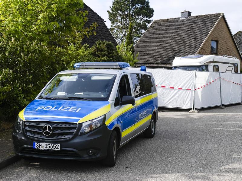Ein Streifenwagen der Polizei steht an dem Haus in Dänischenhagen, in dem zwei Tote gefunden wurden. Foto: Frank Molter/dpa